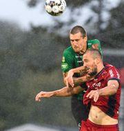 Varbergs Jon Birkfeldt och Djurgårdens Emir Kujovic under fotbollsmatchen idag.  KRISTER ANDERSSON / BILDBYRÅN