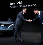Nissan Motor's chief executive Makoto Uchida shakes hands with Nissan Motor's executive officer vice-COO Jun Seki during a news conference at Nissan Motor's headquarters in Yokohama, Japan, December 2, 2019. Kim Kyung Hoon / TT NYHETSBYRÅN