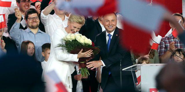 Andrzej Duda och hustrun Agata Kornhauser-Duda firar valsegern. Czarek Sokolowski / TT NYHETSBYRÅN