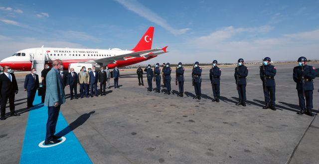 Turkiets president träffar turkiska soldater . TT NYHETSBYRÅN