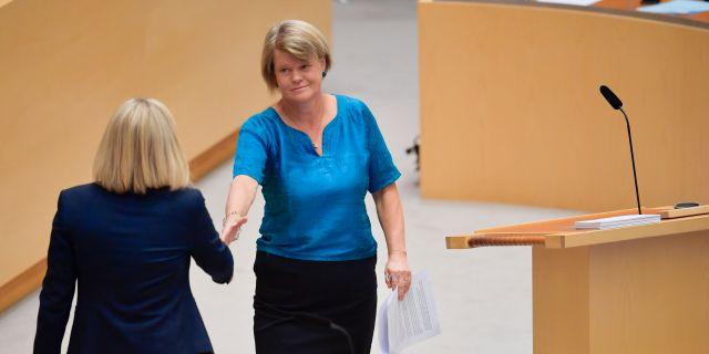 Vänsterpartiets ekonomiskpolitiska talesperson Ulla Andersson skakar hand med finansminister Magdalena Andersson  Anders Wiklund/TT / TT NYHETSBYRÅN