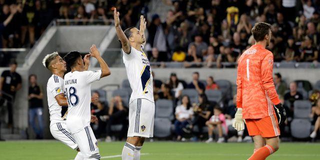Zlatan Ibrahimovic jublar tillsammans med lagkamrater framför motståndares målvakt. Marcio Jose Sanchez / TT NYHETSBYRÅN