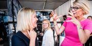 Arkivbild. Finansminister Magdalena Andersson (S) och Moderaternas ekonomisk-politiska talesperson Elisabeth Svantesson i Almedalen.  Magnus Hjalmarson Neideman/SvD/TT / TT NYHETSBYRÅN