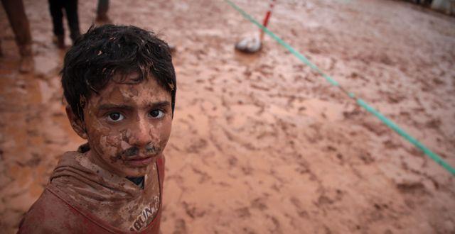 En pojke på flykt undan kriget. AAREF WATAD / AFP