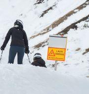 Skidåkare vis en skylt om lavinfara i Åre. Arkivbild.  Erik Nylander/TT / TT NYHETSBYRÅN
