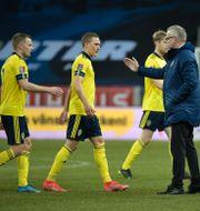Janne Andersson tackar spelarna efter matchen. Pontus Lundahl/TT / TT NYHETSBYRÅN