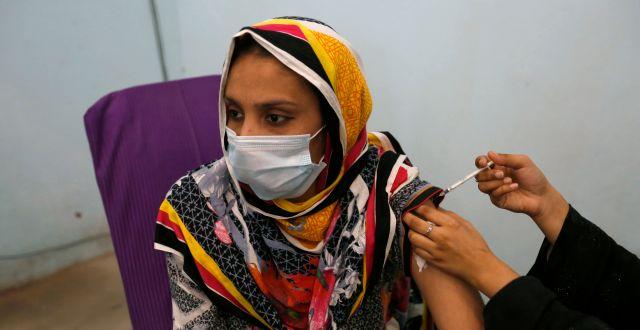En kvinna i Pakistan får vaccin.  K.M. Chaudary / TT NYHETSBYRÅN