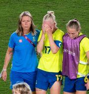 Caroline Seger tröstas efter förlusten.  JOEL MARKLUND / BILDBYRÅN