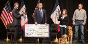 Trump delar ut pengar från sin välgörenhetsorganisation i januari 2016. SCOTT OLSON / GETTY IMAGES NORTH AMERICA