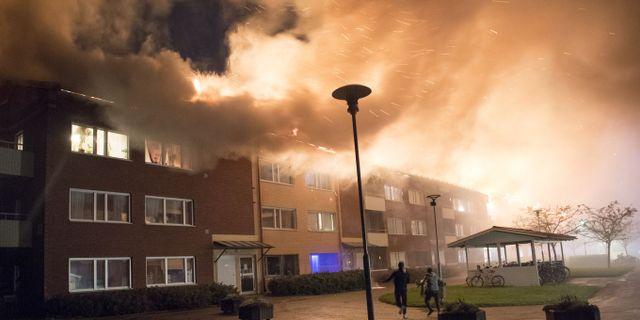 Flerfamiljshus brinner i Enköping.  TT