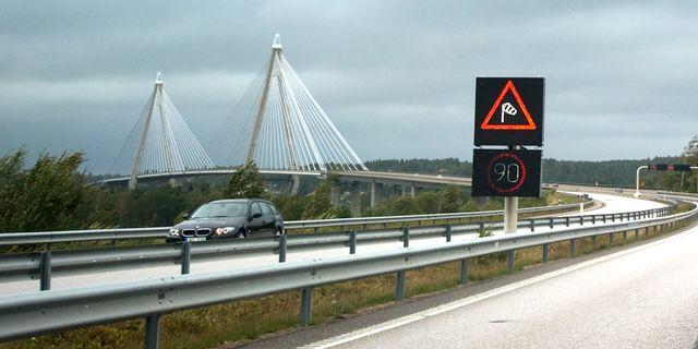Varning för hårda vindar på Uddevallabron. Arkivbild. BJÖRN LARSSON ROSVALL / TT / TT NYHETSBYRÅN