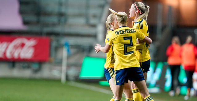 Olivia Schough grattas efter målet. Björn Larsson Rosvall/TT / TT NYHETSBYRÅN