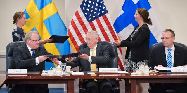 Försvarsminister Peter Hultqvist intill sina amerikanska och finska kollegor Jim Mattis och Jussi Niinisto. MANDEL NGAN / AFP