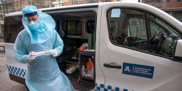 Region Stockholms ambulans som gör hembesök hos personer som misstänks vara smittade av coronaviruset. Anders Wiklund/TT / TT NYHETSBYRÅN