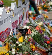 Dödsoffren hedras med blommor utanför synagogan. Gene J. Puskar / TT NYHETSBYRÅN