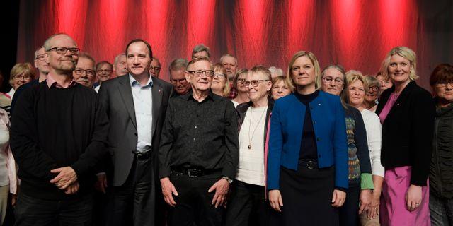 Socialdemokraternas partiledare Stefan Löfven, finansminister Magdalena Andersson och partisekreterare Lena Rådström tillsammans med pensionärskören i Västerås. Janerik Henriksson/TT / TT NYHETSBYRÅN