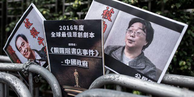 Plakat på de fängslade publicisterna Lee Bo och Gui Minhai i Kina. PHILIPPE LOPEZ / AFP