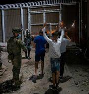 Spansk polis för migranter till förvar på tisdagskvällen. Bernat Armangue / TT NYHETSBYRÅN