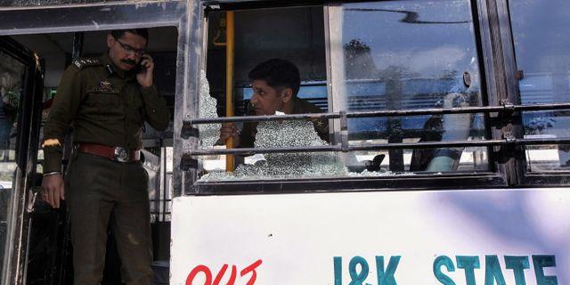 Polis inspekterar bussen som träffades av granaten i Jammu.  RAKESH BAKSHI / AFP