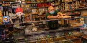 En handlare i Madrid.  Bernat Armangue / TT NYHETSBYRÅN