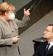 Tysklands förbundskansler Angela Merkel och hälsominister Jens Spahn. Michael Kappeler / TT NYHETSBYRÅN