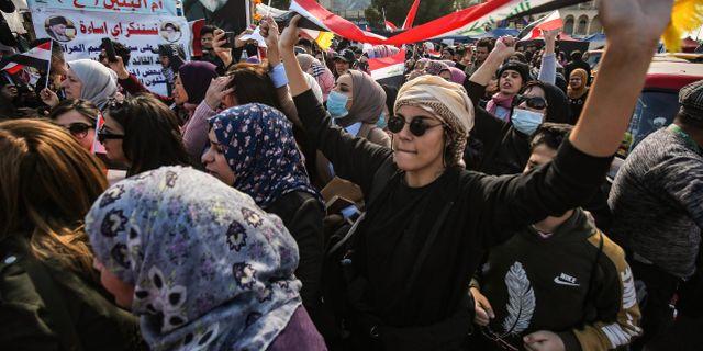 Hundratals kvinnor deltog i protester mot  demonstrationer uppdelade efter kön i Irak under torsdagen. AHMAD AL-RUBAYE / AFP