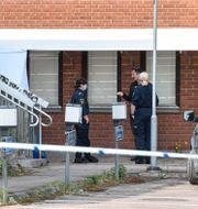 Polisens tekniker vid kommunhuset i Grums.  Tommy Pedersen / TT NYHETSBYRÅN