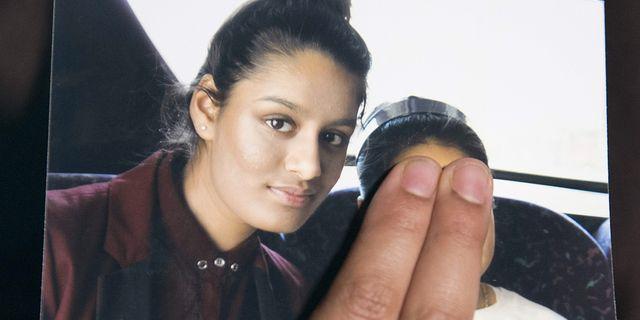 Shamima Begums syster håller upp en bild av sin syster. LAURA LEAN / POOL