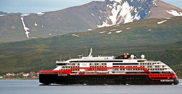MS Roald Amundsen la till vid kaj i Tromsø efter att flera besättningsmän konstaterats smittade av covid-19.  Rune Stoltz Bertinussen / TT NYHETSBYRÅN