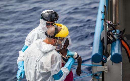 Den svenska kustbevakningen räddar migranter i nöd på Medelhavet.  Kustbevakningen/Valdemar Lindekrantz