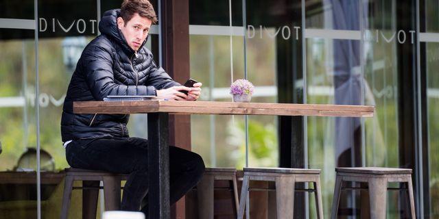Spionen Martin Raschick vid caféet som han satte sig vid efter att ha blivit utkastad från MFF:s träning. LUDVIG THUNMAN / BILDBYRÅN