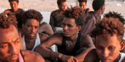Några av de människor som räddades efter att deras båt sjunkit. - / AFP