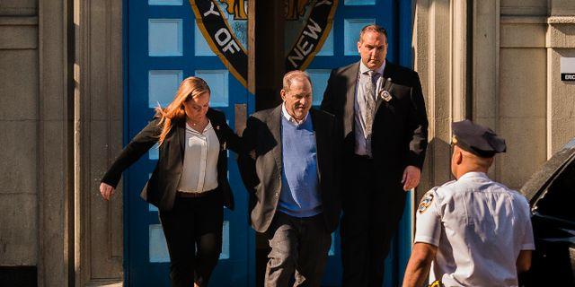 Harvey Weinstein leds ut från häktet tidigare i år. Andres Kudacki / TT / NTB Scanpix