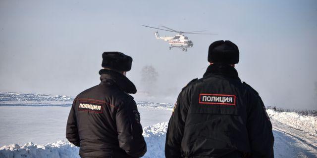 Räddningsarbetare på plats vid olycksplatsen. VASILY MAXIMOV / AFP