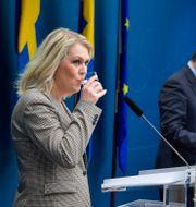 Lena Hallengren och Stefan Löfven under en gemensam pressträff. Jessica Gow/TT / TT NYHETSBYRÅN