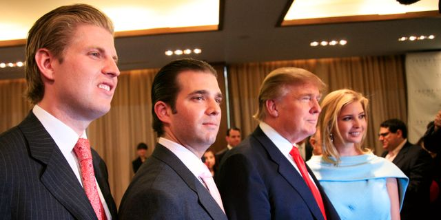 Trump omgiven av barnen Eric, Donald jr och Ivanka Mark Lennihan / TT / NTB Scanpix