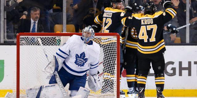 Boston Bruins firar mål i första perioden mot Toronto Mapple Leafs. Greg M. Cooper / TT NYHETSBYRÅN