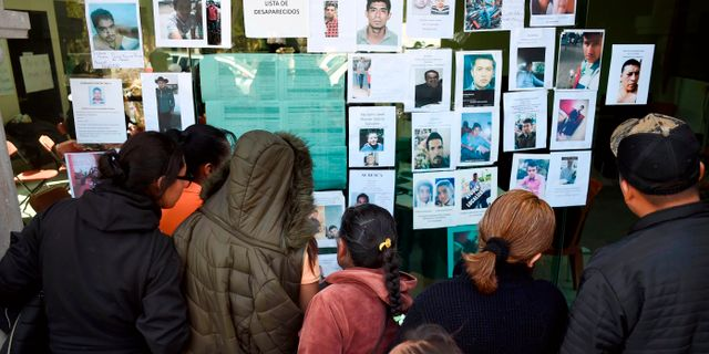 Människor söker efter anhöriga på listor över saknade personer efter explosionen ALFREDO ESTRELLA / AFP