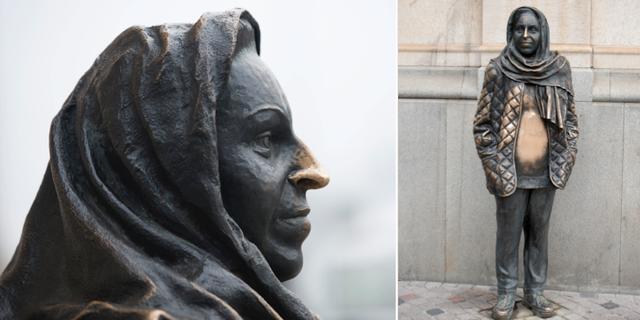Statyn av Margaretha Krook utanför Dramaten i Stockholm. TT.