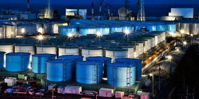 Tankar med vatten som innehåller förorenat vatten från kraftverket.  TT NYHETSBYRÅN