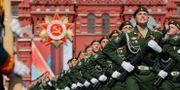 Ryska soldater marscherar på Röda torget i Mosvkva, Ryssland.  Alexander Zemlianichenko / TT NYHETSBYRÅN