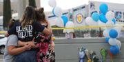 Människor samlas vid en minnesplats efter skjutningen. MARIO TAMA / GETTY IMAGES NORTH AMERICA