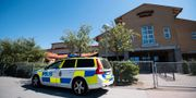 Polis på plats utanför Sundsbroskolan i Bunkeflostrand utanför Malmö på torsdagen. Johan Nilsson/TT / TT NYHETSBYRÅN