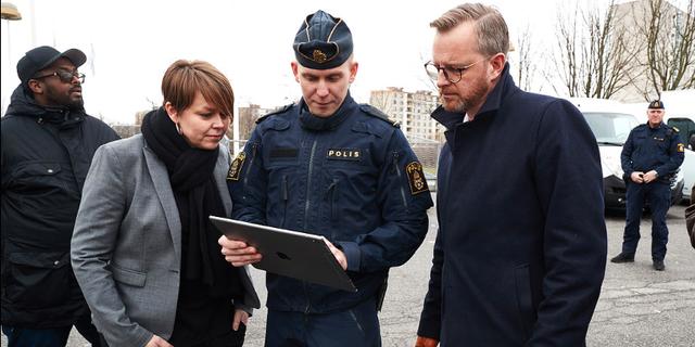Inrikesminister Mikael Damberg när han besökte polisregion Syd i början av februari. Här med Katrin Stjernfeldt Jammeh (S) och polisen Johan.  Andreas Hillergren/TT