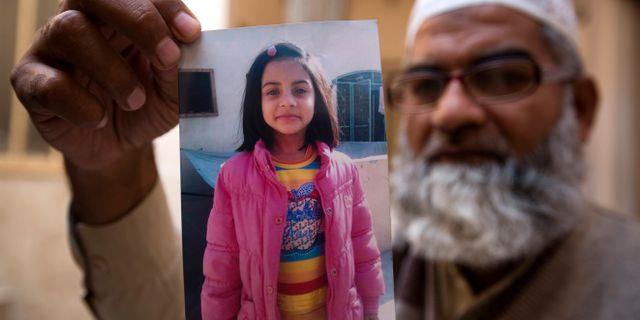 Zainab Ansaris pappa håller upp en bild av sin dotter. B.K. Bangash / TT / NTB Scanpix