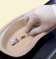 En vaccinspruta. Szilard Koszticsak / TT NYHETSBYRÅN