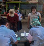 Migranter i Bangkok i samband med ett coronatest. Chalida Ekvitthayavechnukul / TT NYHETSBYRÅN