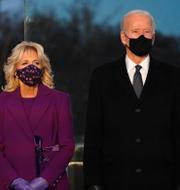 Jill och Joe Biden och ett andningsskydd av modellen N95. TT