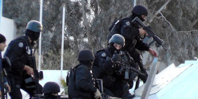 Militar stoppar tunisiens flyktingar