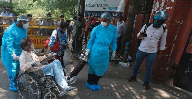 En man körs in på ett sjukhus i New Delhi för att få vård.  TT NYHETSBYRÅN